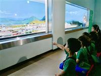 年代物のジオラマに子供たちが熱中 韓国語の解説は笑いのセンスたっぷり?