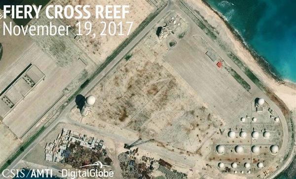 2017年11月、南シナ海・南沙(英語名スプラトリー)諸島のファイアリクロス(中国名・永暑)礁で建設が進む施設(CSISアジア海洋透明性イニシアチブ・デジタルグローブ提供、共同)