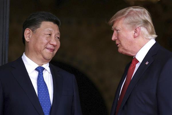 トランプ米大統領(右)と中国の習近平国家主席=2017年4月、米フロリダ州パームビーチ(ロイター)