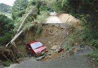 福岡で道路崩落、車落ちる…高齢夫婦2人を搬送