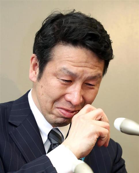 女性問題が報じられ、時折涙を見せながら記者会見する新潟県の米山隆一知事(当時)=4月17日、県庁(荒木孝雄撮影)