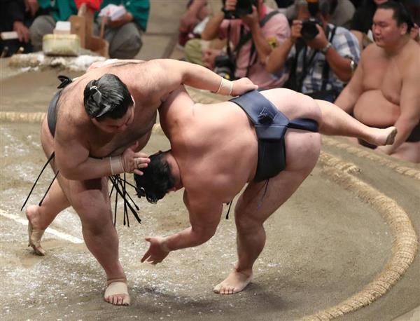 大相撲九月場所12日目 高安は上手投げで鶴竜を破る=20日、両国国技館(撮影・菊本和人)
