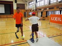 新座市の小学校でスポーツ義足体験授業 アスリートが上手に歩くコツ指導