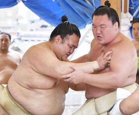 今年7月、白鵬(右)と稽古する稀勢の里=名古屋市の宮城野部屋宿舎