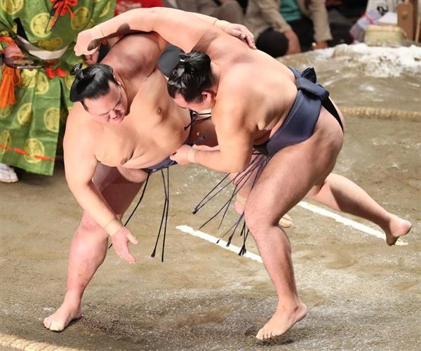 大相撲九月場所14日目 稀勢の里は寄り切りで鶴竜を破る=22日、両国国技館(撮影・菊本和人)
