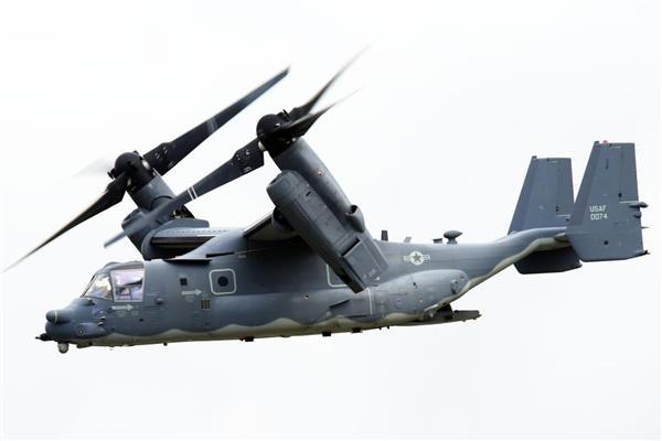離陸した後、回転翼の角度を変え、脚を収納して加速する米空軍CV22オスプレイ=15日午後、米軍横田基地(酒巻俊介撮影)