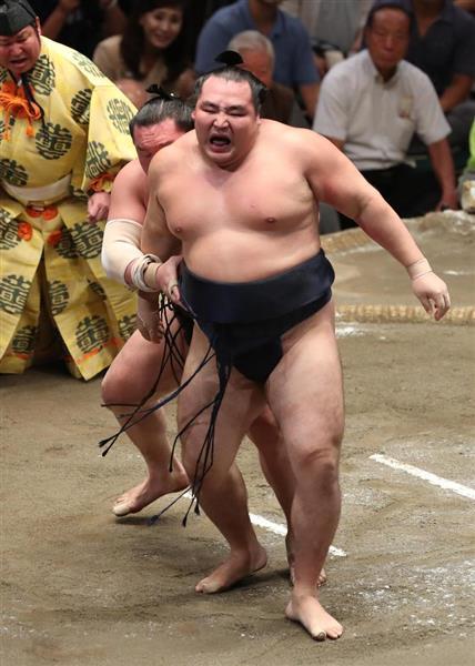 大相撲九月場所千秋楽 白鵬は送り出しで鶴竜を破る=23日、両国国技館(撮影・菊本和人)