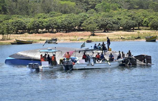 タンザニアのビクトリア湖で沈没したフェリー=22日(AP)