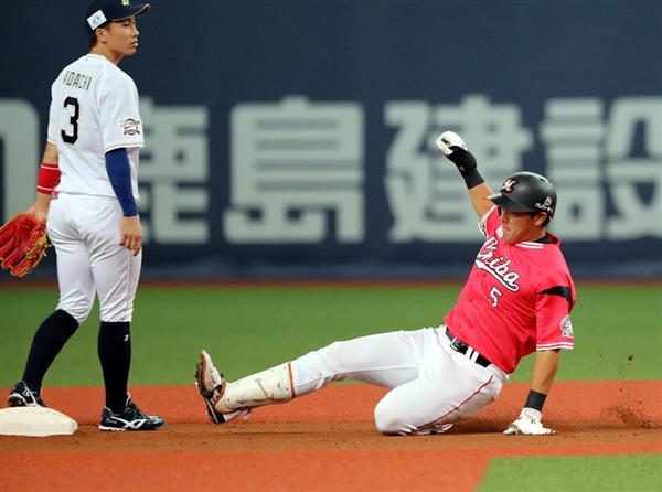 六回、勝ち越しの適時二塁打を放ったロッテの安田尚憲=24日、京セラドーム大阪(中島信生撮影)