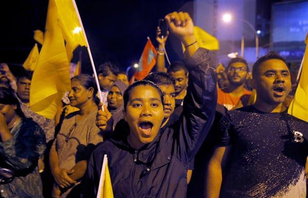 モルディブ大統領選で、ソリ候補の勝利を喜ぶ支援者=24日、マレ(AP)