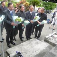 翁長氏ゆかりの地で慰霊 小沢一郎代表、志位和夫委員長ら 沖縄知事選での連携アピール