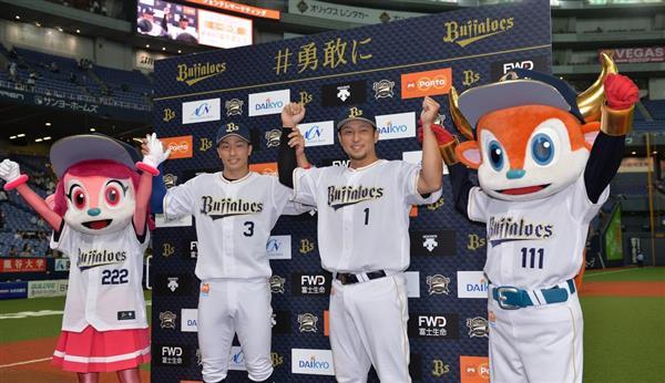 【プロ野球オリックス対日本ハム】ヒーローの安達了一(左)と中島宏之内野手(右)=京セラドーム(撮影・榎本雅弘)