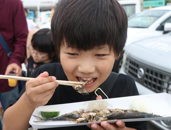 焼きたてのサンマに笑顔の児童=岡山県倉敷市