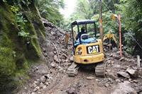 斜面崩落で道路に大量土砂 16世帯が孤立 山梨