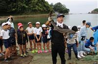 兵庫・香住小学生が地引き網体験 「ソーレー」と引き上げ大漁 香住高生らと力合わせ