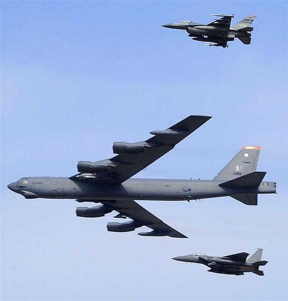 米軍のB52戦略爆撃機=2016年1月10日(共同)