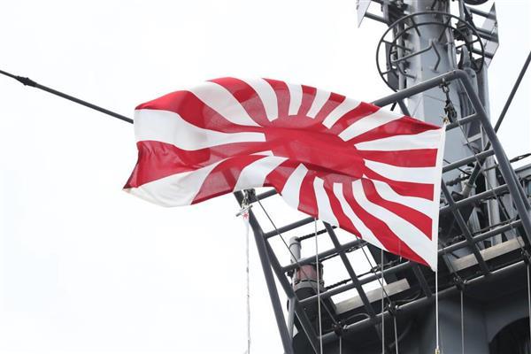 護衛艦「むらさめ」の旭日旗=房総半島南方海域(古厩正樹撮影)