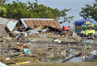 涙の女性、多くの遺体 津波から一夜、余震に恐れ インドネシア地震