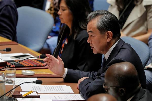 27日、国連安全保障理事会の会合で発言する中国の王毅国務委員兼外相=ニューヨーク(ロイター)