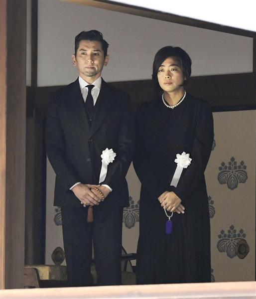 樹木希林さんの葬儀を終え、弔問客を見送る長女内田也哉子さん、本木雅弘さん夫妻=30日午前、東京都港区の光林寺