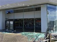 【台風24号】千葉県市原市役所の1階吹き抜け部分の窓ガラス12枚割れる
