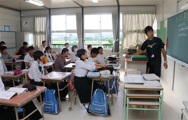 仮設校舎での授業をスタートさせた真備中生徒=岡山県倉敷市