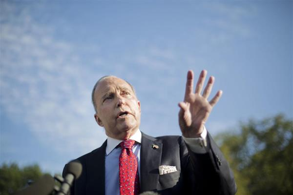 ホワイトハウスで記者の質問に答える米国のクドローNEC委員長=2日、ワシントン(AP)