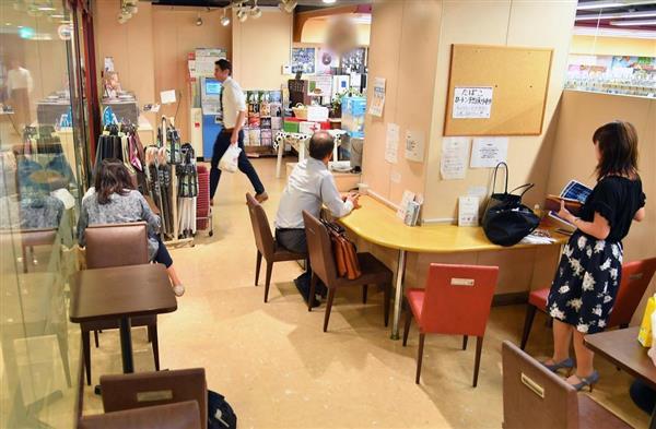 都内のコンビニのイートイン=3日午後、東京都千代田区(三尾郁恵撮影、一部画像を処理しています)