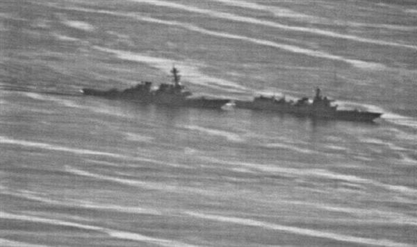 9月30日、米海軍が撮影した、イージス駆逐艦「ディケイター」(左)に異常接近する中国海軍の駆逐艦の映像。米ニュースサイト「ジー・キャプテン」に掲載された=同サイトから引用