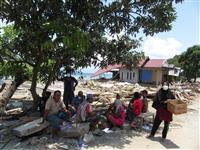 インドネシア地震 復旧遅れ懸念、政府対応に不満募る