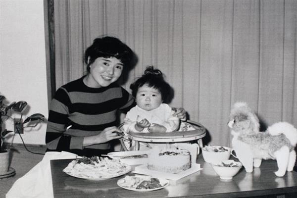1歳の誕生日を祝う横田めぐみさんと母の早紀江さん。テーブルにはケーキをはじめ父、滋さんがプレゼントしたぬいぐるみも並んだ=昭和40年10月5日