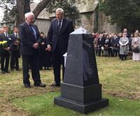 100年前に英沖で撃沈の日本商船の墓碑、地元住民が再建 女王いとこグロスター公ら招き除…