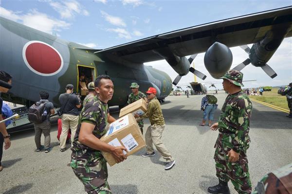 自衛隊が救援活動開始 インドネシア地震の被災地で支援物資輸送  - 産経ニュース