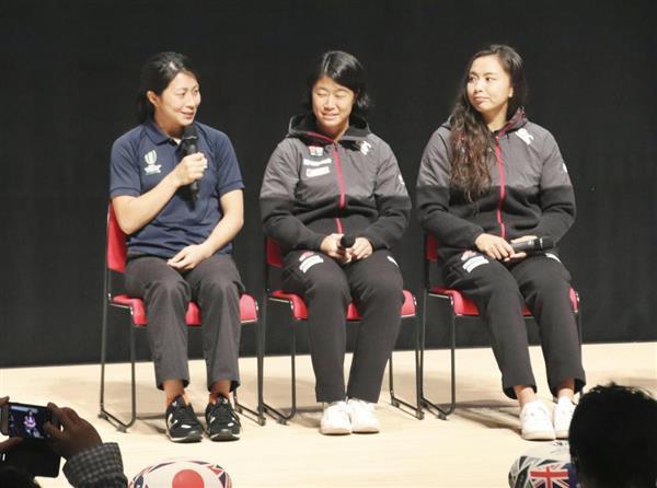 ラグビー女子日本代表の平野恵里子選手(左)らが参加して開かれたトークショー=6日午後、岩手県釜石市