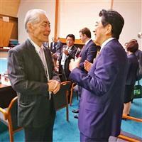 本庶佑京都大特別教授(左)と談笑する安倍首相=7日(首相官邸のインスタグラムから)