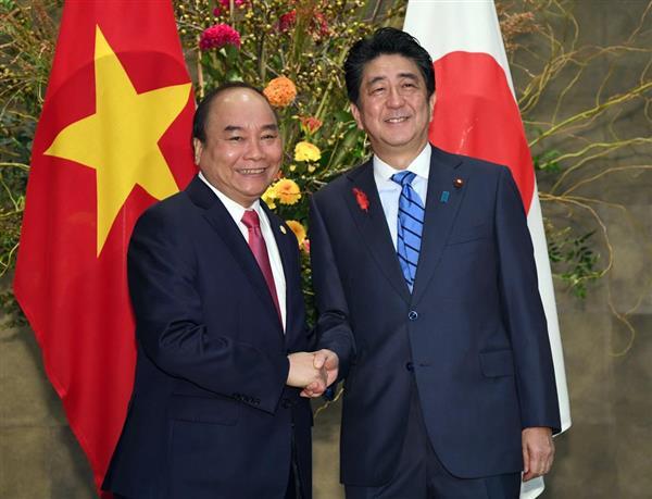 ベトナムのグエン・スアン・フック首相(左)を出迎え握手する安倍晋三首相=8日午前、首相官邸(寺河内美奈撮影)