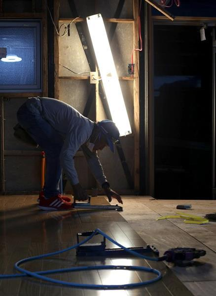三宅武志さんは大工としての経験を生かし、一人で被災した知人の家を修復していた=5日、岡山県倉敷市真備町(寺口純平撮影)