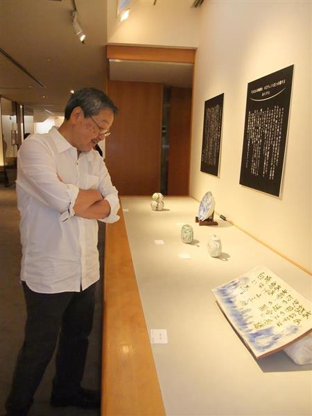 大阪展で俎皿を見る夢枕獏さん。大阪のあとは京都に巡回する=大阪市中央区