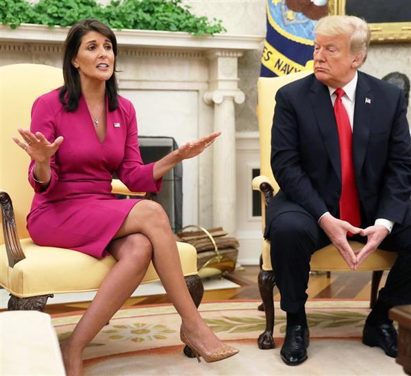 9日、ホワイトハウスでトランプ米大統領(右)と面会したヘイリー国連大使=ワシントン(ロイター)