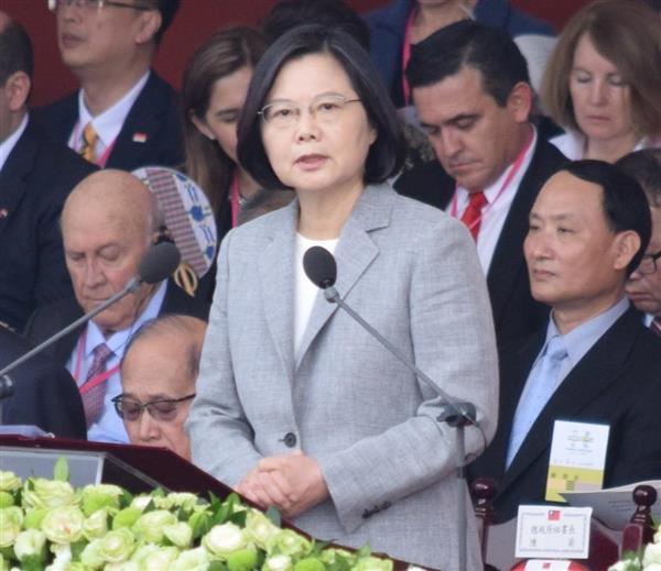 双十節の式典で演説する台湾の蔡英文総統=10日、台北の総統府前(田中靖人撮影)