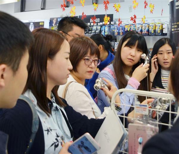 2017年10月、総合免税店「ラオックス」秋葉原本店を訪れた中国人観光客ら=東京都千代田区