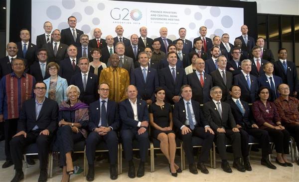 集合撮影に応じる20カ国・地域(G20)財務相・中央銀行総裁ら=11日、インドネシア・バリ島(AP)