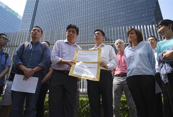 8日、香港で、英紙フィナンシャル・タイムズ記者が査証更新を拒否されたことに抗議するメディア代表者ら(AP)