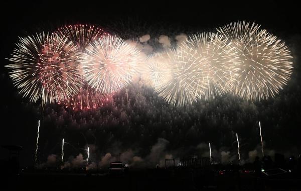 大勢の見物客を魅了した大迫力の「こうのす花火大会」=13日夜、埼玉県鴻巣市(竹之内秀介撮影)