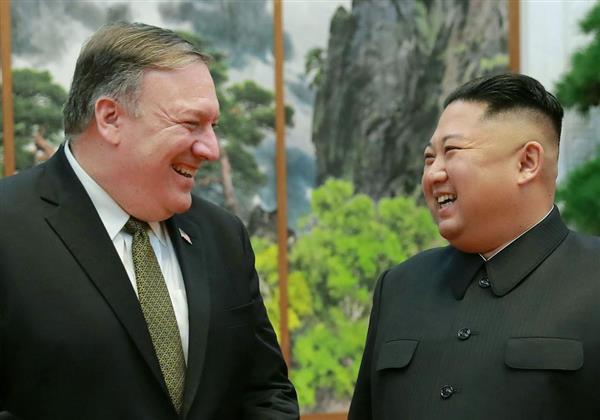 7日、平壌で笑顔を見せるポンペオ米国務長官(左)と北朝鮮の金正恩朝鮮労働党委員長(朝鮮中央通信撮影・共同)