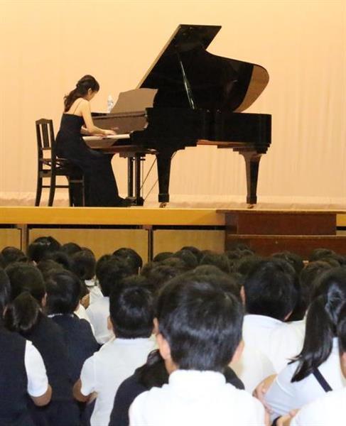 世界の演奏家育成目指し学校訪問リサイタル