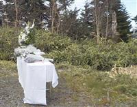 群馬防災ヘリ事故、遺族が墜落現場近くで献花