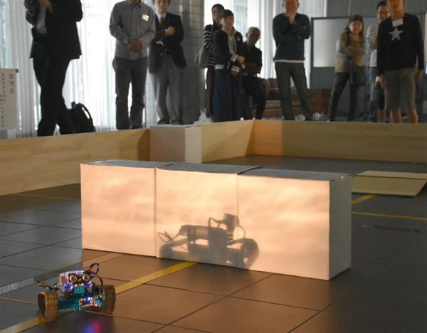 センサーで障害物を感知しゴールを目指すロボット=滋賀県栗東市の県工業技術総合センター