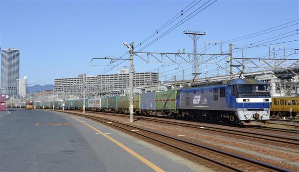 JR山陽線の貨物列車の運転が再開され、東京へ向かう福岡発の一番列車=13日午前、広島市