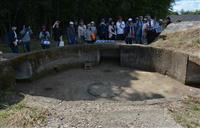 加西・鶉野飛行場跡の巨大防空壕を350人が見学 戦時中の姿に思いはせる